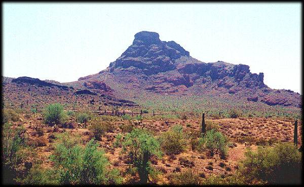 Red Mountain, viendo al Este desde el Beeline Highway, entre Phoenix y Payson, Arizona.